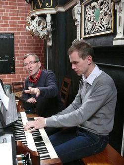 Prof. Jaroslav Tuma bei den Orgelstudien mit Martin Bako